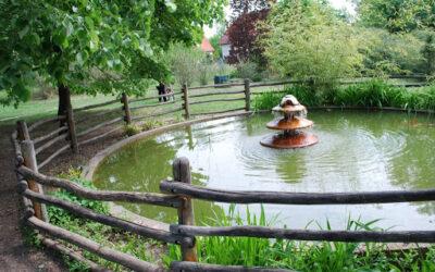 Kövi Szabolcs pihenőszékes, meditatív koncertjei,15,17 és 19 órai kezdettel a Kecskeméti Arborétum árnyas fái alatt.