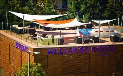 Kövi Szabolcs pihenőszékes koncertje Veszprémben, a Betekints Hotel Wellness teraszán